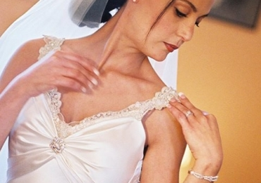 Wedding dress in ivory satin, embellished with a crystal brooch &  French gold lace – size 8